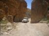 raid 2cv en Tunisie, la 2cv entre deux parois rocheuses